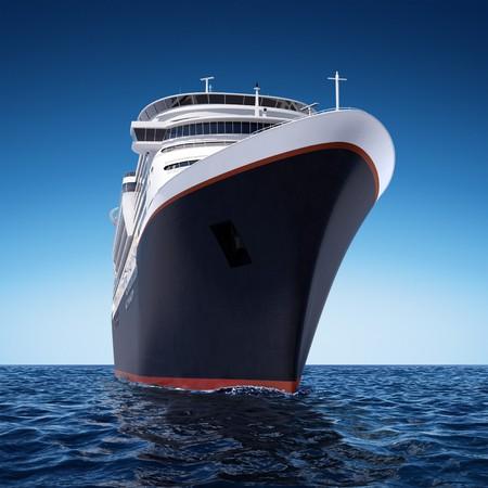 encrespado: crucero blanco de lujo dispar� desde �ngulo extrema a nivel del agua en un d�a claro con mar agitado y el cielo azul profundo.