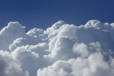 푸른 하늘에 대하여 높은 고도에서 촬영하는 적 운 구름