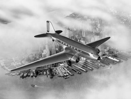 douglas: Vintage image of a Douglas DC-3 over New York City Stock Photo