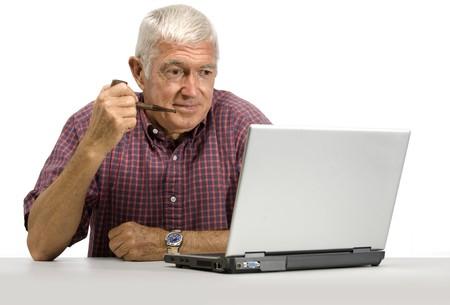Senior homme regardant un ordinateur portable sur un fond blanc Banque d'images - 9519839