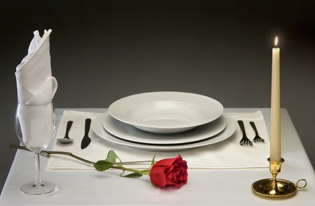 Elegant table setting with rose and candlelight Imagens