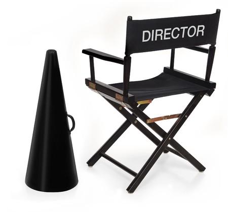 filmregisseur: stoel van bestuurder en megafoon op witte achtergrond Stockfoto