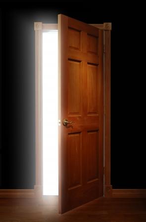 abriendo puerta: Abertura con luz brillante iluminando un espacio oscuro de la puerta