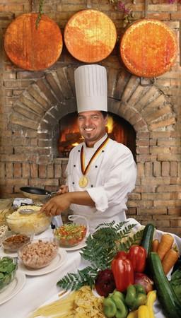 chef italiano: Cocinero de gourmet, preparar la comida de un horno de ladrillo país