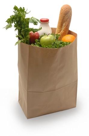 groceries: Bolsa de papel marr�n llenos de comestibles sobre un fondo blanco  Foto de archivo