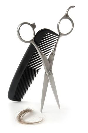 peine: Tijeras y peine con un mech�n de pelo sobre un fondo blanco  Foto de archivo
