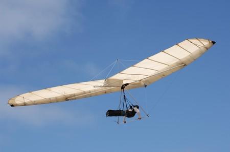 fixed: Ala delta de ala fija y piloto contra un cielo azul