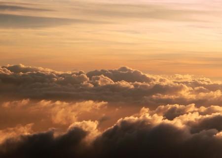 標高の高い雲のジェット機からのショット上の日の出