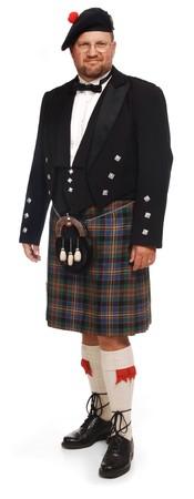 highlander: Uomo scozzese in kilt su sfondo bianco
