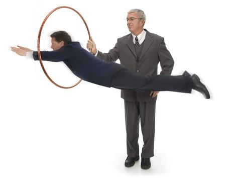 CEO、フープを介してジャンプする彼の従業員を保持