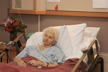 Ältere Frau in Hospiz-Bett