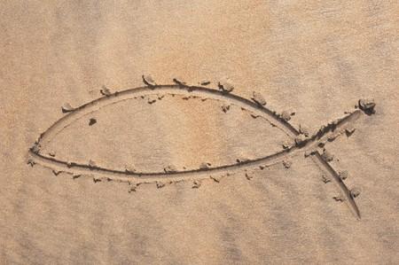 pez cristiano: Signo de peces cristiana dibujado en arena