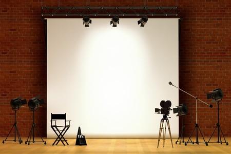 영화 무대, 영화 카메라, 붐 마이크, 감독 의자, 확성기 및 클래퍼 보드가있는 무대 내부의 영화 세트