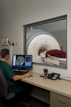 Technik monitorujący skan MRI Zdjęcie Seryjne