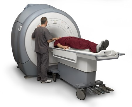 MRI를 환자에게 투여하려고하는 의료 기술자. 화이트 절연 스톡 콘텐츠