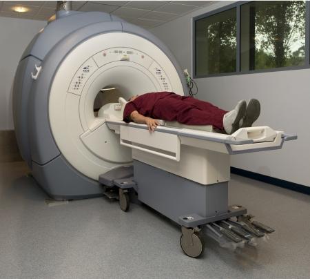 환자가 자기 공명 영상 장치에 들어가려고합니다.