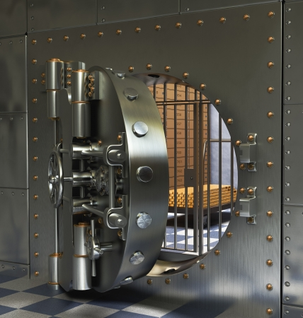 caja fuerte: Abierto de hierro antiguo seguro aislado sobre fondo blanco