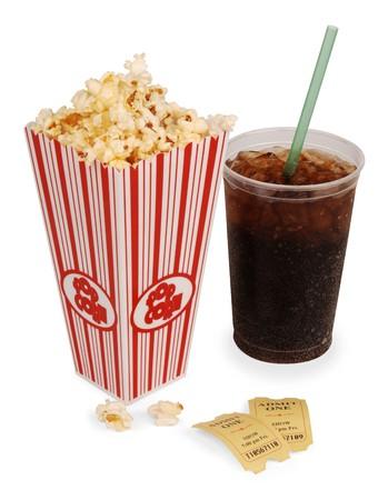 gaseosas: Palomitas de ma�z, soda & boletos aislados en blanco con trazado de recorte
