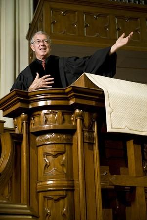 predicador: Predicador dando un serm�n desde el p�lpito Foto de archivo