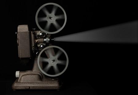 vintage film projector uitgevoerd tegen donkere achtergrond  Stockfoto