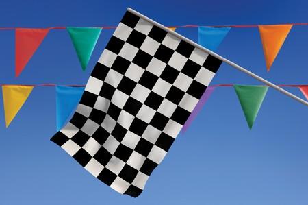 Geruite vlag tegen een blauwe hemel met kleurrijke penants Stockfoto