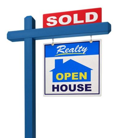 listing: Un signo de inmobiliarias que muestra la casa tal como vendido sobre un fondo blanco  Foto de archivo