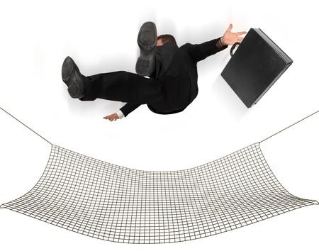 Empresario caer en una red de seguridad sobre un fondo blanco