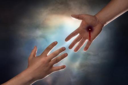 espiritu santo: Mano de Cristo alcanzando hacia abajo desde el cielo a agarrar la mano del hombre  Foto de archivo