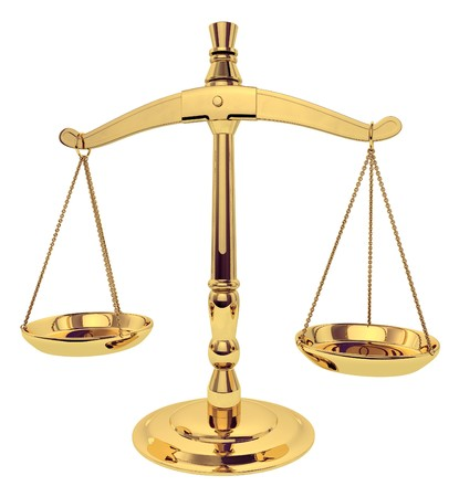 weighing scales: Ottone scale di giustizia over white Archivio Fotografico