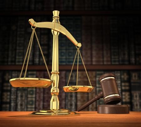 Schalen van rechtvaardigheid en hamer op bureau met donkere achtergrond die voor copyspace toestaat.