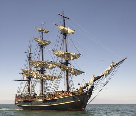 Statek stylu piracka ustawienie zamknięcia na pełnym morzu