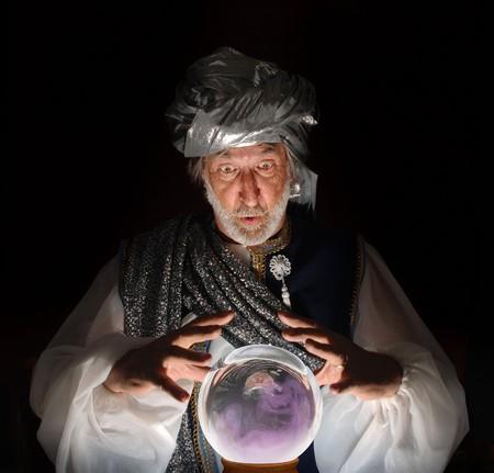 Swami starend in een kristallen bol Stockfoto