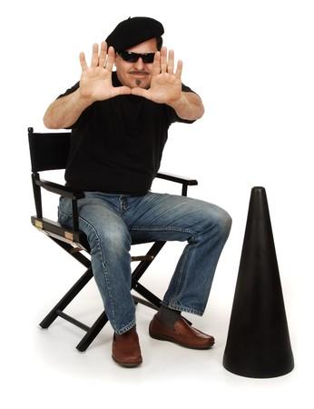 filmregisseur: Directeur dragen Berret en zonnebril zittend in een regisseursstoel met megafoon op witte achtergrond
