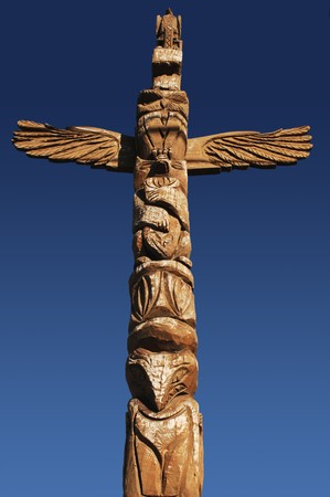 totem indiano: American Indian totem pole contro il cielo blu