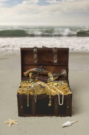 cofre del tesoro: Abierto pecho de tesoro, en una playa de arena