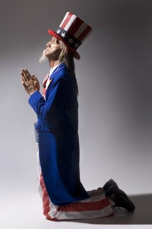 ひざまずく: アンクル ・ サムの祈りでひざまずいて