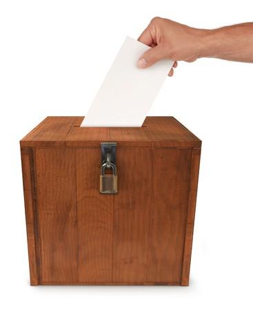 voting box: Mano di un uomo di mettere una busta nella fessura di una casella di