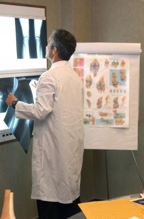 Orthopäden überprüfen x-rays Lizenzfreie Bilder