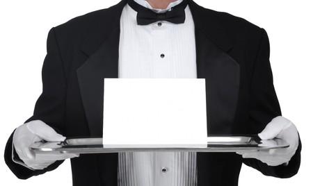 sirvientes: Butler en esmoquin, presentando una tarjeta en blanco en una bandeja de plata