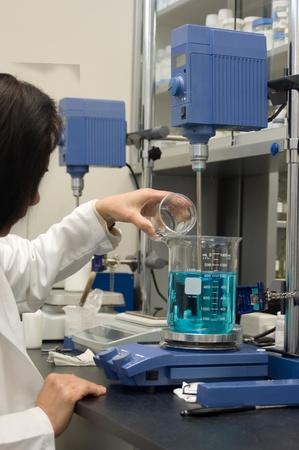 화학자는 실험실에서 수식을 혼합 스톡 콘텐츠 - 9539300