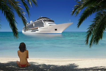 Junge Frau sitzt auf einem tropischen Strand unter dem Schatten der Palmwedel während mit Blick auf den Ozean, wo ein Kreuzfahrtschiff in der Ferne vertäut ist