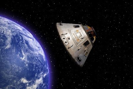 공간에서 궤도를 선회하는 아폴로 13 우주 캡슐 스톡 콘텐츠