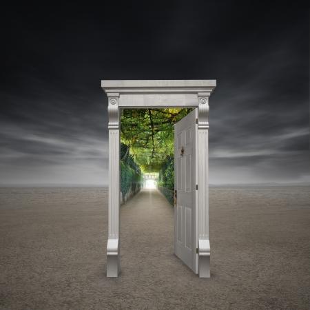 Portaal naar een andere dimensie vertegenwoordigd door een deuropening in het midden van een dorre woestenij openen in een tuin pad met een licht aan het eind Stockfoto