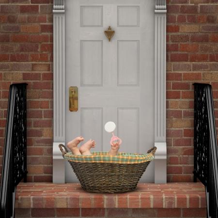 Baby in einem Korb auf einer Türschwelle