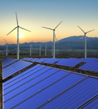 Windkraftanlagen und Sonnenkollektoren auf einem erneuerbaren Energien Bauernhof.