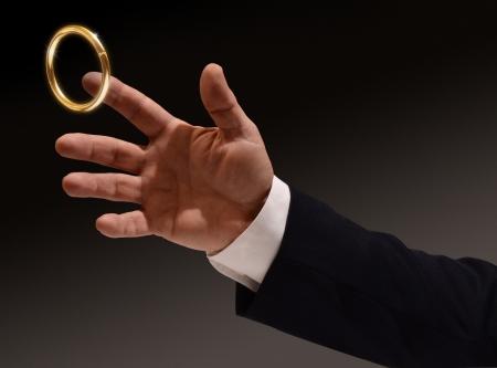 真鍮リングに手を伸ばすビジネスの男の手