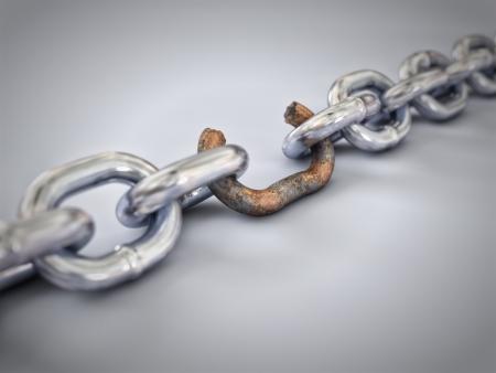 in chains: Una cadena con un vínculo roto marcado en rojo para resaltar el eslabón débil. Foto de archivo