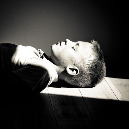 光のビームの床に男の子の肖像画