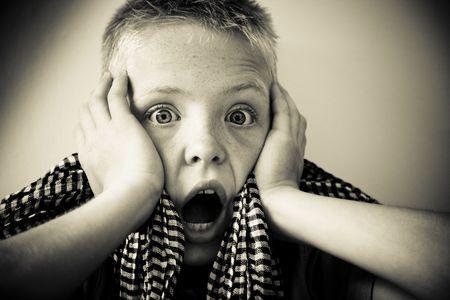 怖いと叫んでいる若い男の子の肖像画