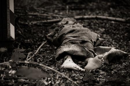 バッグや敷物、森の中でスローから突き出て死体の素足のクローズ アップ表示